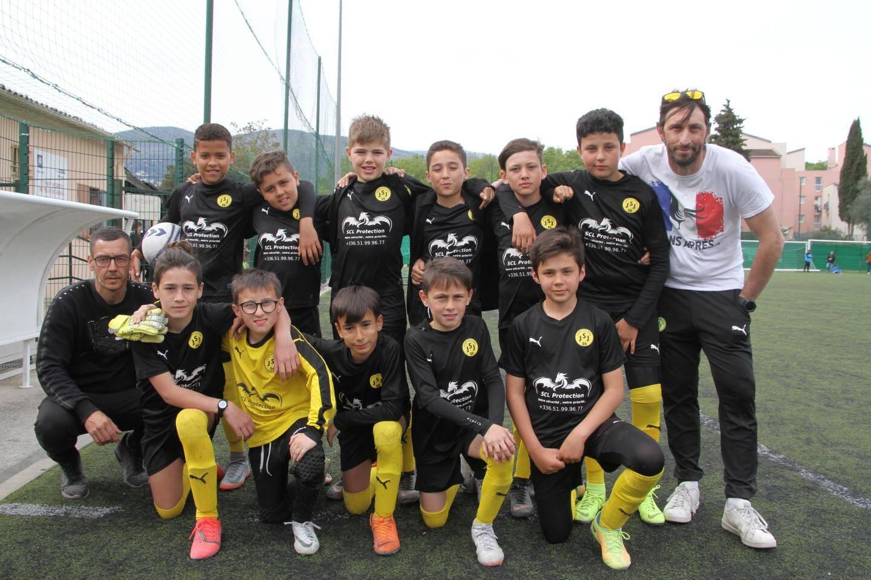 Les jeunes de la Jeunesse Sportive de Juan-les-Pins, entourés de leurs coachs.