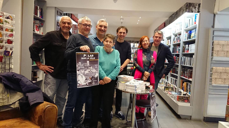 Dans le désordre, les auteurs Alice Quinn, Catherine Sackur, Jacques Olivier Bosco, Laurent Bettoni, Jacques Alessandra et Jérôme Dumont, ainsi que Jérôme Dugast, affiche en main.