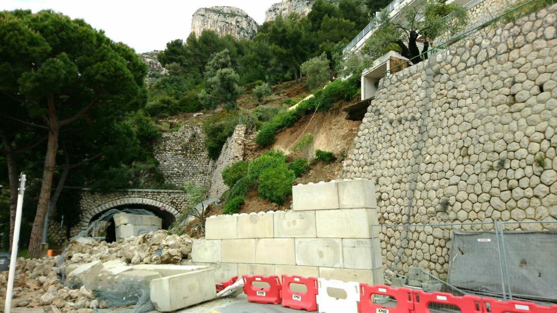 Plusieurs centaines de tonnes sont tombées sur la route.