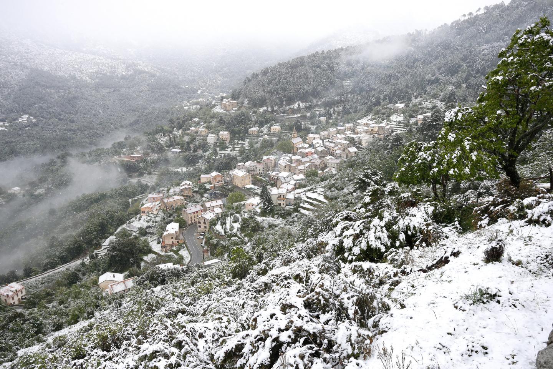 La neige recouvre le village de Vivario.