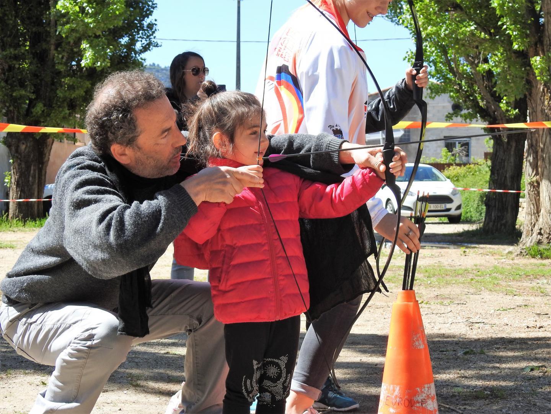Ellyn, tout juste âgée de 4 ans, a planté sa flèche dans le cœur de la cible.