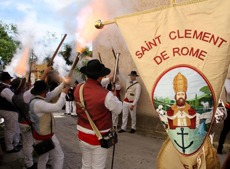 Comme à l'acoutumé, pour la Saint-Clément, les bravadeurs ont défilé dans tout le village.
