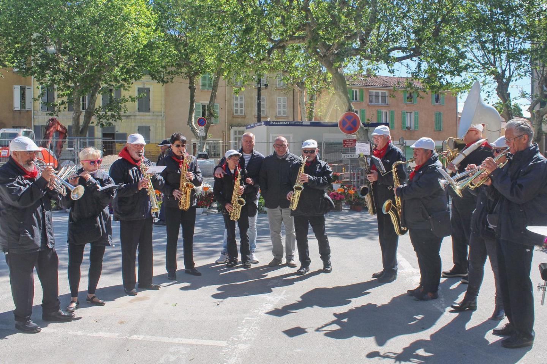Le maire, au milieu des musiciens de la fanfare tourvaine.