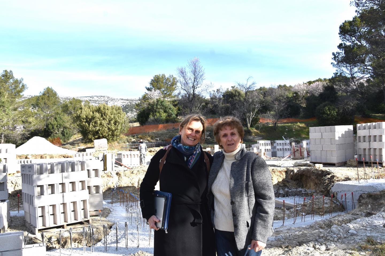 La maire Suzanne Arnaud (à droite) suit le chantier de près avec l'architecte Marie Parente.