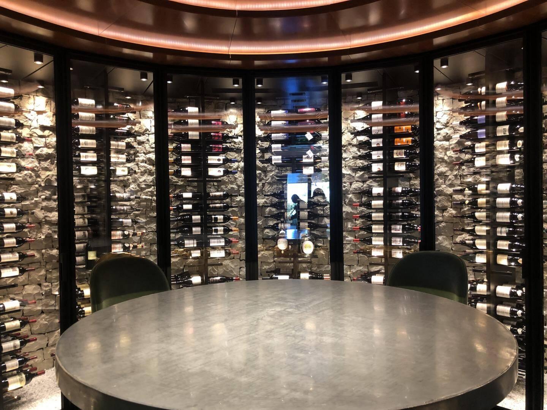 Un espace tapissé de 1 900 bouteilles.