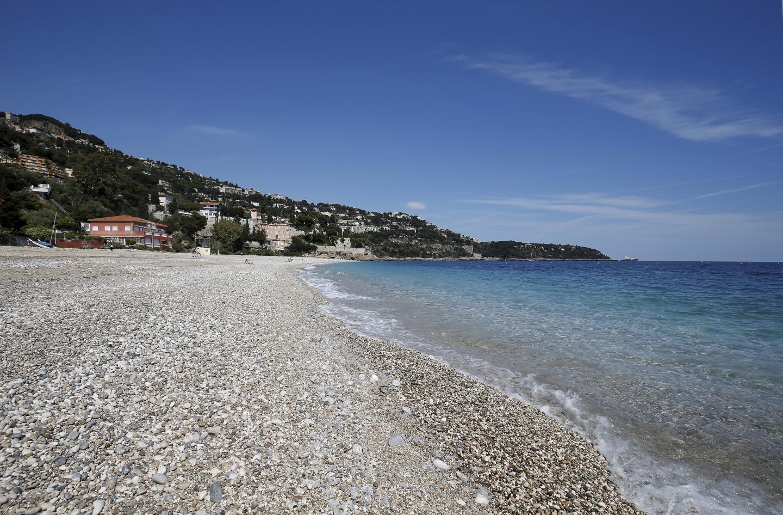 Des petits galets et du sable fin: un mélange confortable pour profiter pleinement de la plage du Golfe bleu à Roquebrune-Cap-Martin.