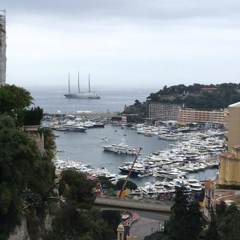 Le yacht est apparu vendredi à quelques centaines de mètre du rivage de Monaco.