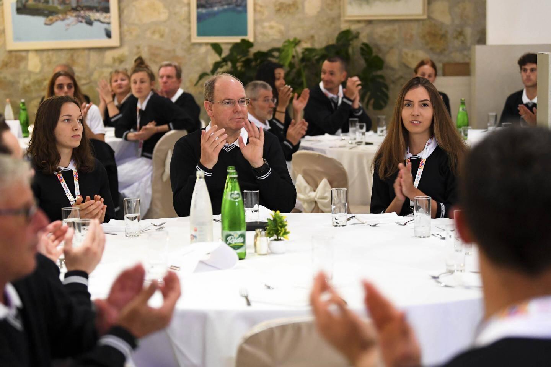 Le souverain au plus près de la délégation monégasque : une présence et un soutien toujours très appréciés.