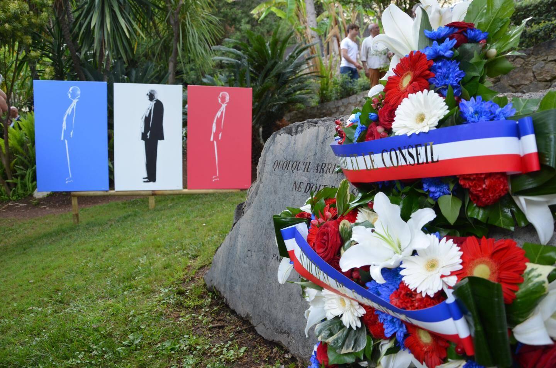 Avant le dépôt de gerbes sur la stèle commémorative, le maire de Cap-d'Ail et l'artiste ont dévoilé ce triptyque offert à la Ville.