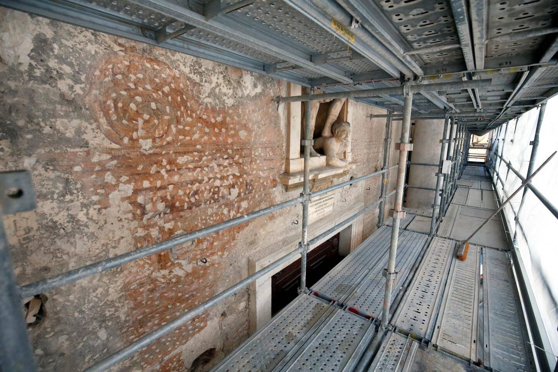 La fresque a été protégée puis cachée sous l'enduit.