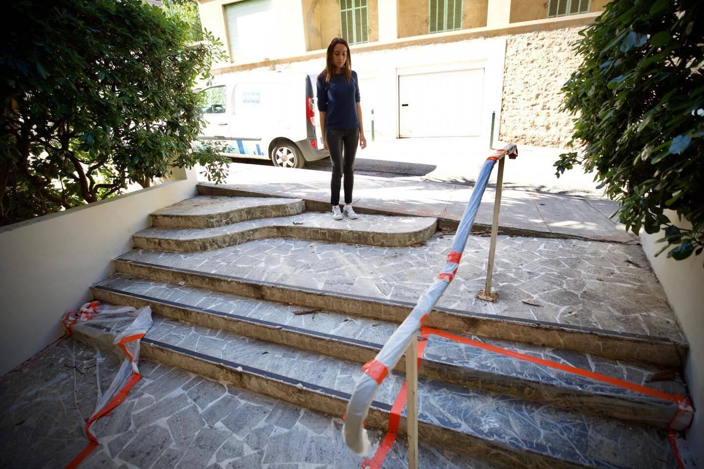 L'entrée de l'immeuble, inaccessible pour Fatima qui se déplace en fauteuil.