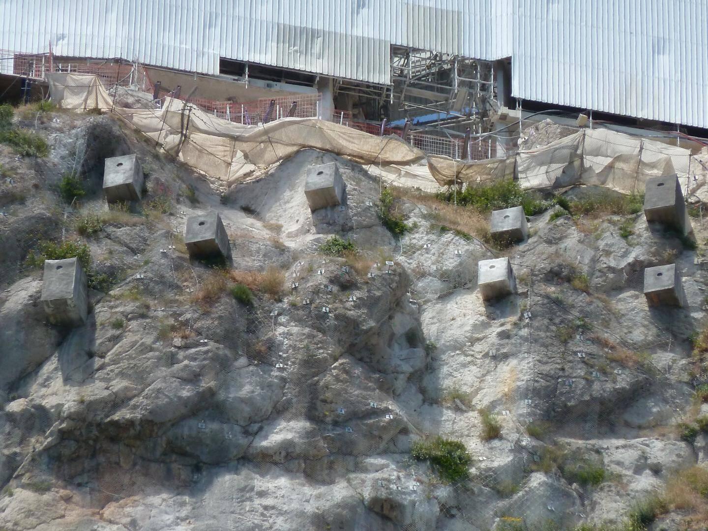 Depuis plusieurs années, une dizaine de riverains – qui vivent en contrebas de la falaise – s'inquiètent des travaux qui se déroulent sur le mythique Vista Palace, et notamment de l'installation récente de blocs de béton juste en bas du chantier