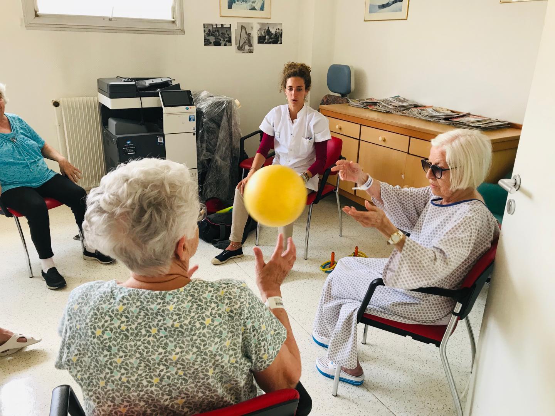 Exercice d'agilité et de mémoire pour les personnes âgées hospitalisées au CHU de Nice Cimiez.
