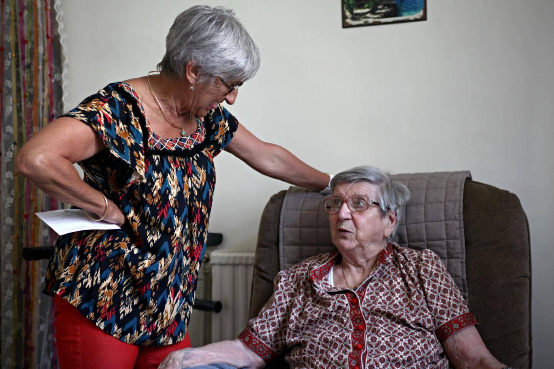 Tous les jours, Yvette reçoit la visite de sa fille Claudine.