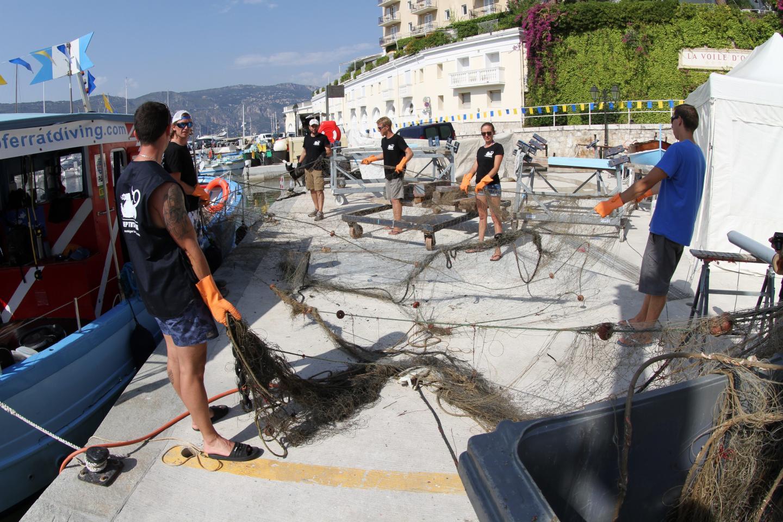 Les filets sont déployés avant d'être placés dans le container mis à disposition par la capitainerie du port de Saint-Jean.