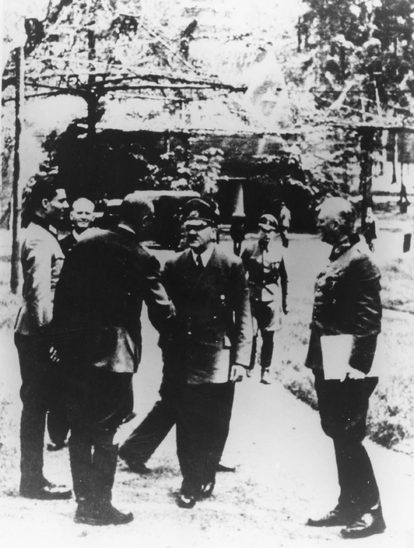 Une photo prise le 15 juillet 1944 montre Adolf Hitler à son quartier-général près de Rastenburg, cinq jours avant la tentative d'attentat menée par Claus von Stauffenberg.