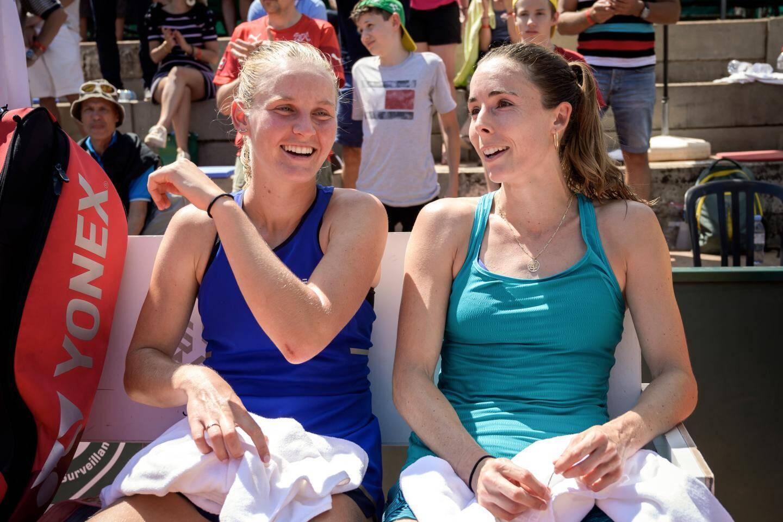 Fiona Ferro tout sourire (à gauche) après sa victoire contre amie niçoise Alizé Cornet (à droite).