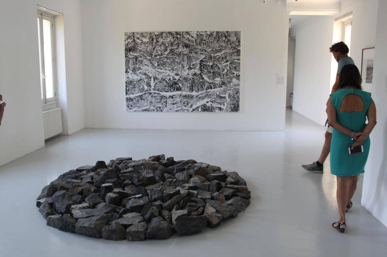 Les œuvres de Richard Long « Small Alpine Circle » et de Éric Bourret « Sainte-Victoire, la montagne de  cristal ».(DR)