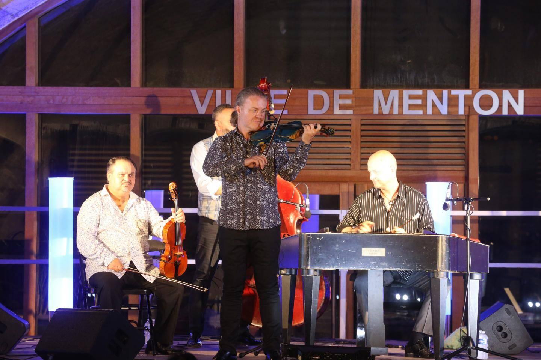 Le violoniste virtuose Pavel Sporcl et le groupe « Gipsy Way » ont enchaîné les plus beaux morceaux de musique tzigane d'Europe centrale.