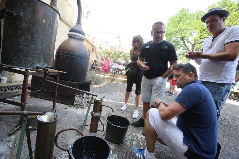 Les alambics pour distiller la lavande ont fait sensation durant tout le week-end sur la place du village.