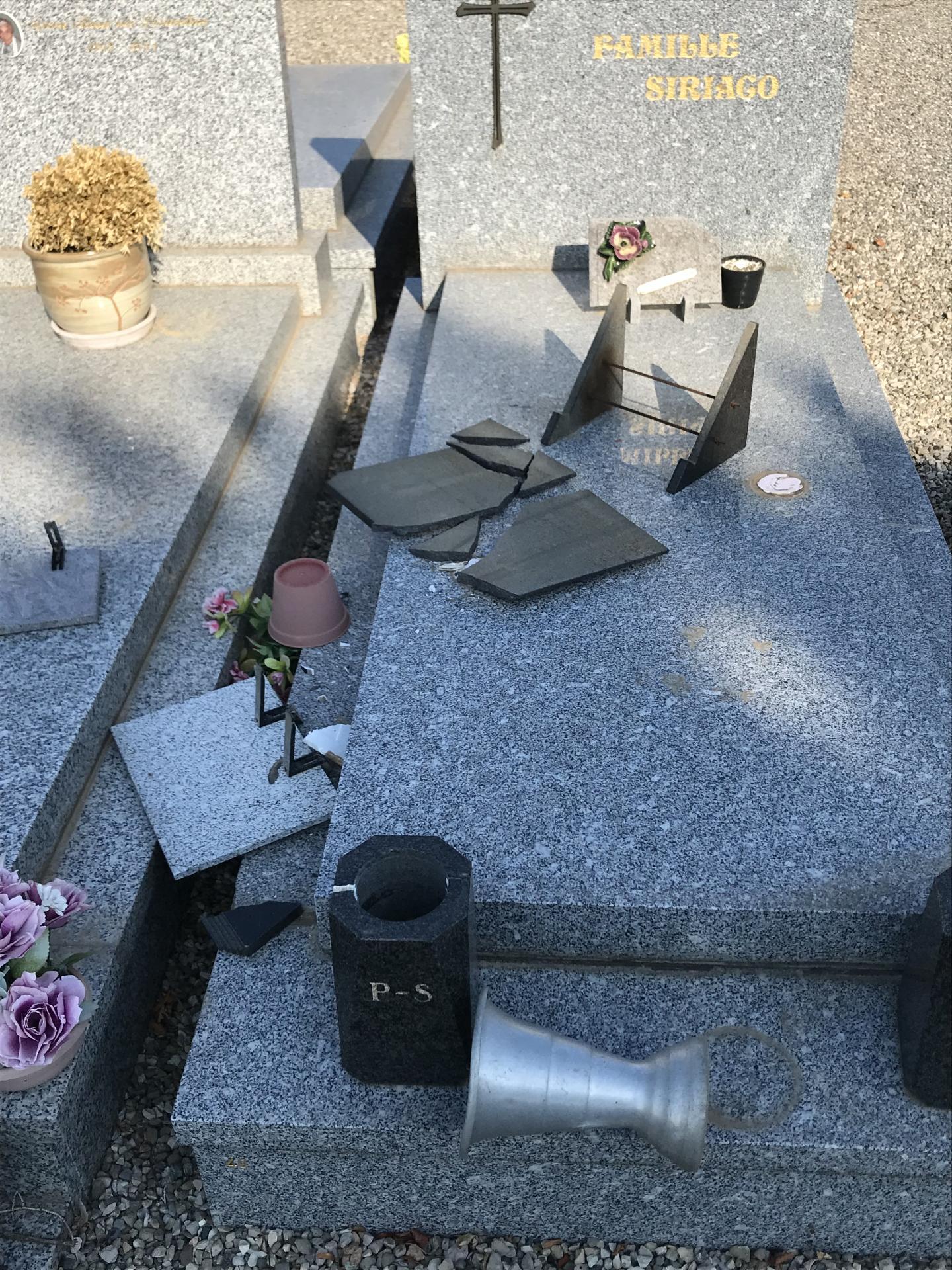 Des actes de vandalisme ont été découverts sur les vingt tombes ainsi que sur les trente places du colombarium.