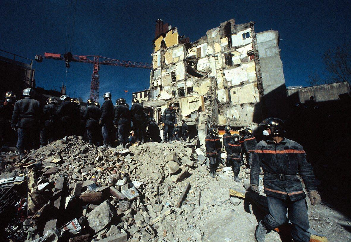 Le cratère après l'explosion qui a fait s'effondrer la maison des Têtes à Toulon.