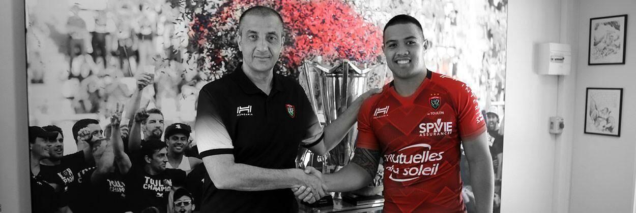 Mourad Boujellal (à gauche) pose avec son nouveau joueur Duncan Paia'aua