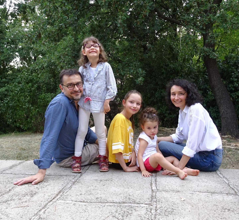 La famille de Léonie avec son père, ses sœurs Marie Lou et Valentine, et sa maman.