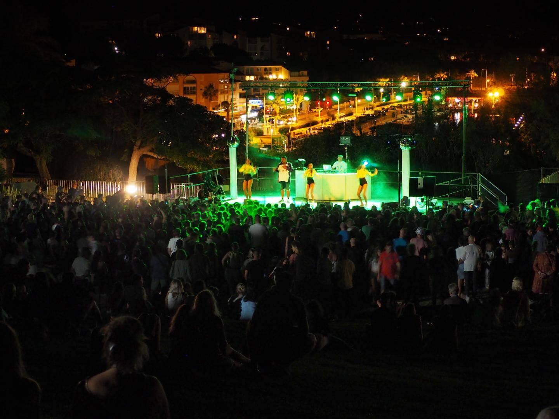 L'environnement du Parc Méditerranée est propice à passer un bon moment musical, devant la scène, ou assis sur l'herbe.