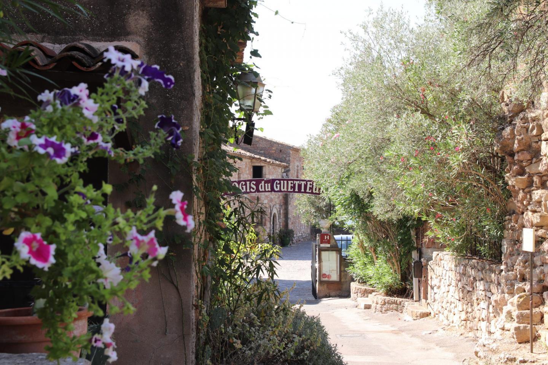 Sur les marchés, des représentants de l'Office de tourisme Dracénie Provence Verdon vont directement à la rencontre des touristes pour leur présenter les richesses du territoire.