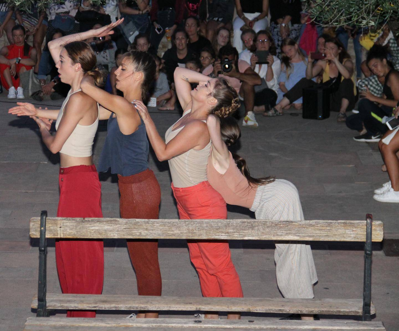 Place de la pistole, les quatre danseuses d'Ameka ont rivalisé d'acrobaties.