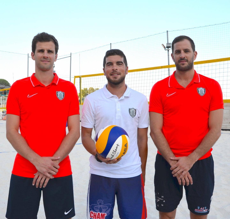 Les beach-volleyeurs Pascal et Vincent Ferry aux côtés de leur coach Michael Chamy.