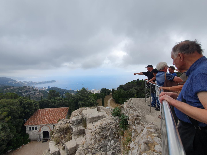 Tout en haut du Trophée d'Auguste, la vue sur Monaco, Roquebrune et Menton.