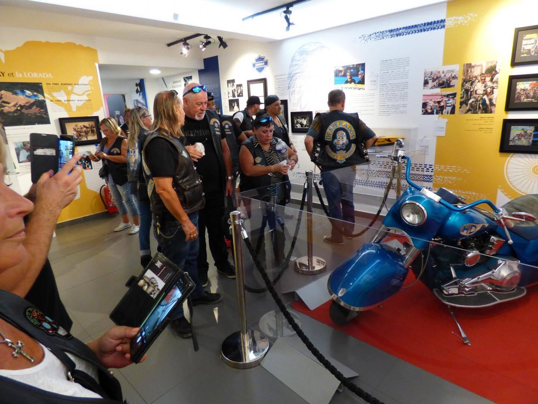 Ils sont venus, ils sont tous là devant le Musée de la gendarmerie ! Les motos, elles, sont sagement restées sur le parking du port.