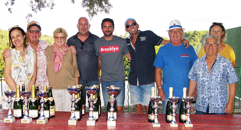 Les vainqueurs (au centre) du tournoi de pétanque, Frédéric Pantel, Nicolas Hugues et Mathias Le Pellec.