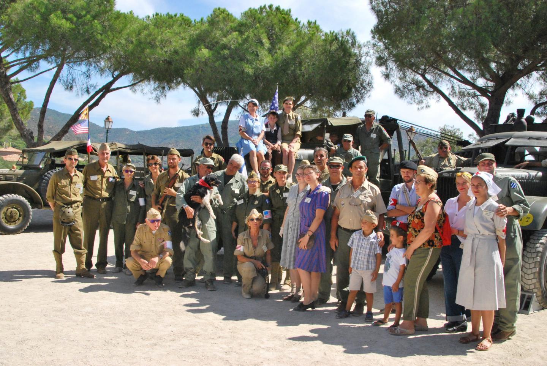 Les membres de l'association « Mémoire Bormes 1944 » rassemblés autour des véhicules.