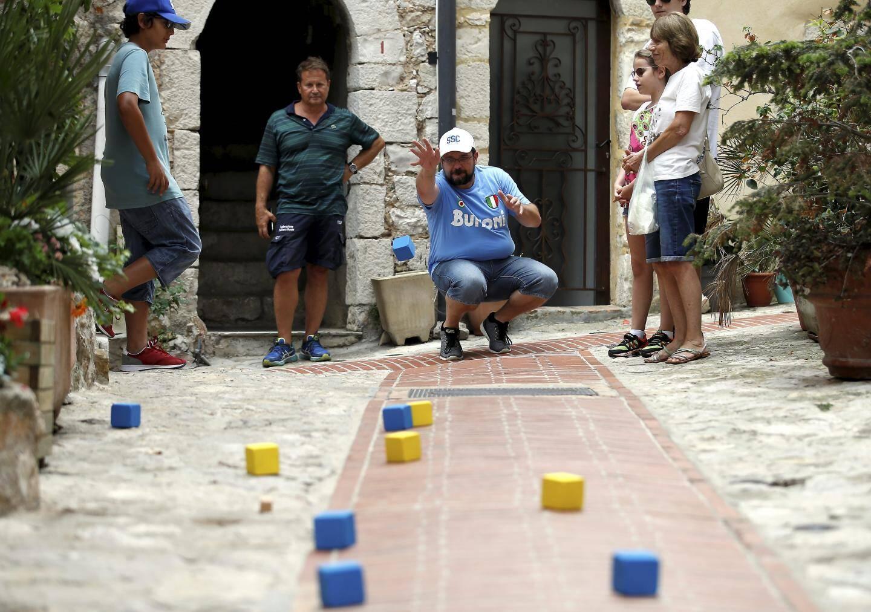Partout dans les rues de la vieille ville, les équipes s'affrontent dans une ambiance bon enfant.