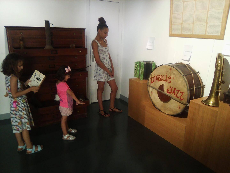 Une visite du musée et de son expo d'objets anciens est un bon moyen d'intéresser les enfants au passé et aux traditions.