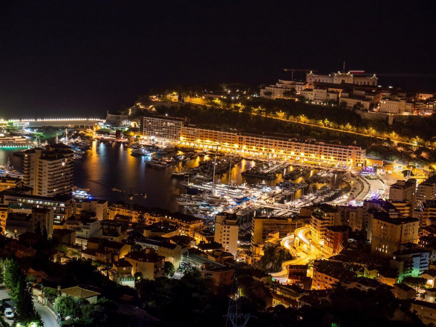 Monaco de nuit le 19 août 2019, à 20h43.