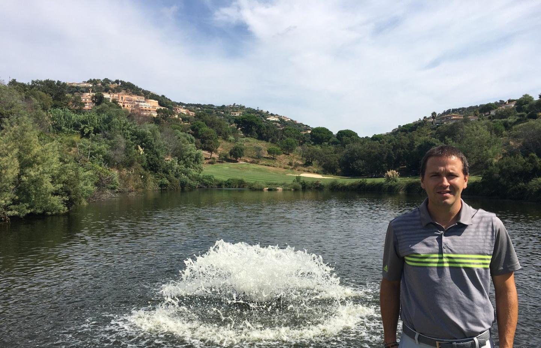 Le directeur du golf Blue Green pose devant le lac qui est alimenté chaque jour, en cette période estivale, de plus de 2 000 m³ d'eau recyclée de la station d'épuration Veolia. Ci-dessous : Nicolas Marin, adjoint au greenkeeper, surveille le bon fonctionnement de la station de pompage.(Photos P. O.