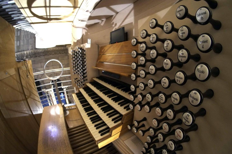 Quatre essences de bois, une multitude de pédales, et de touches en os et en ébène : l'orgue de Monaco est ultramoderne mais respecte les traditions.