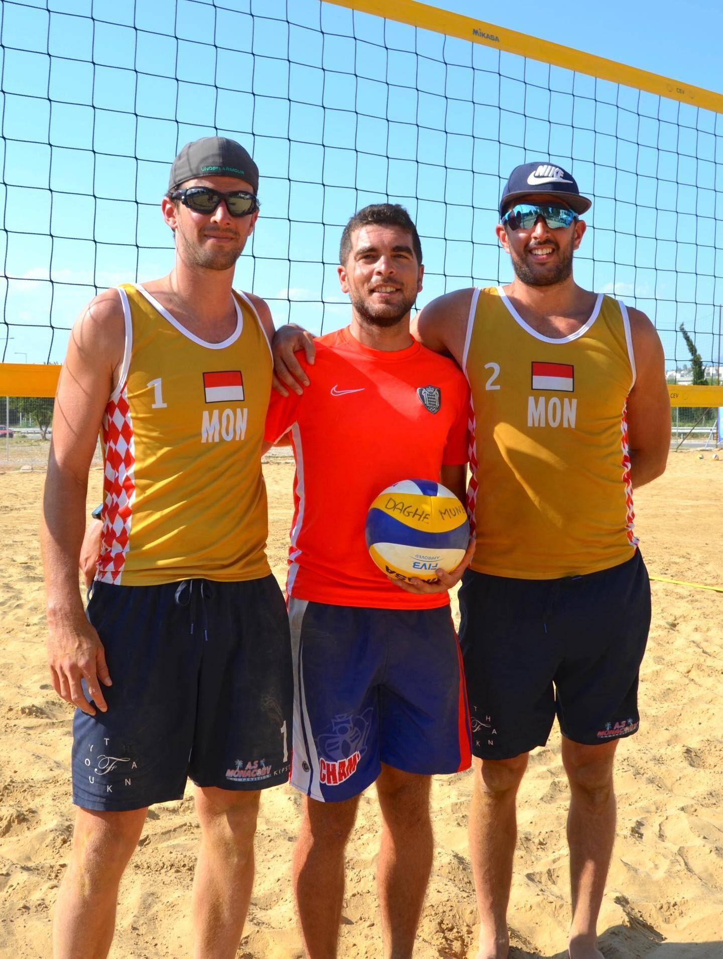 L'équipe de beach-volley monégasque aux côtés du prince Albert II et de Damien Desprat, chef de mission.   Sur le sable de Patras, Pascal et Vincent Ferry ont terminé 9e.