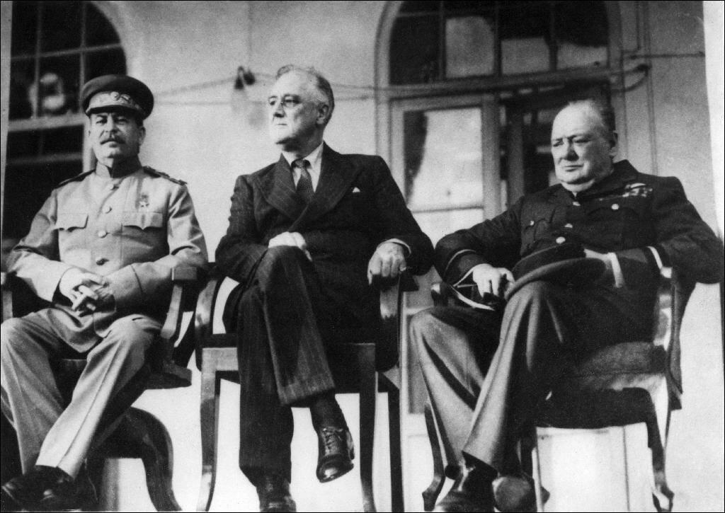 Le leader soviétique Staline (G), le président américain Roosevelt (C) et le Premier ministre britannique Winston Churchill (D) lors de la conférence de Téhéran le 28 novembre 1944