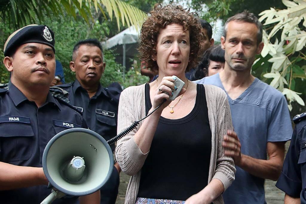 Photographie fournie par la police malaisienne, prise et publiée le 10 août 2019, montrant les parents de Nora Quoirin, Meabh et Sébastien, durant les recherches pour retrouver l'adolescente disparue en Malaisie