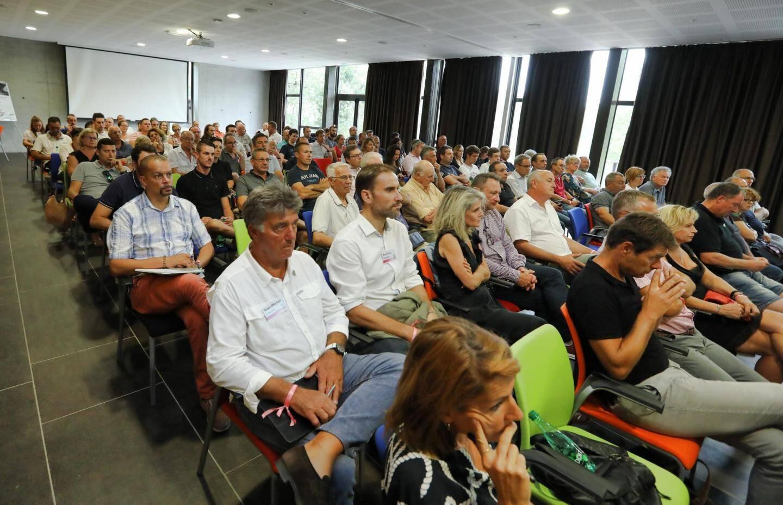 De nombreuses personnes ont participé à cette réunion des vendanges.