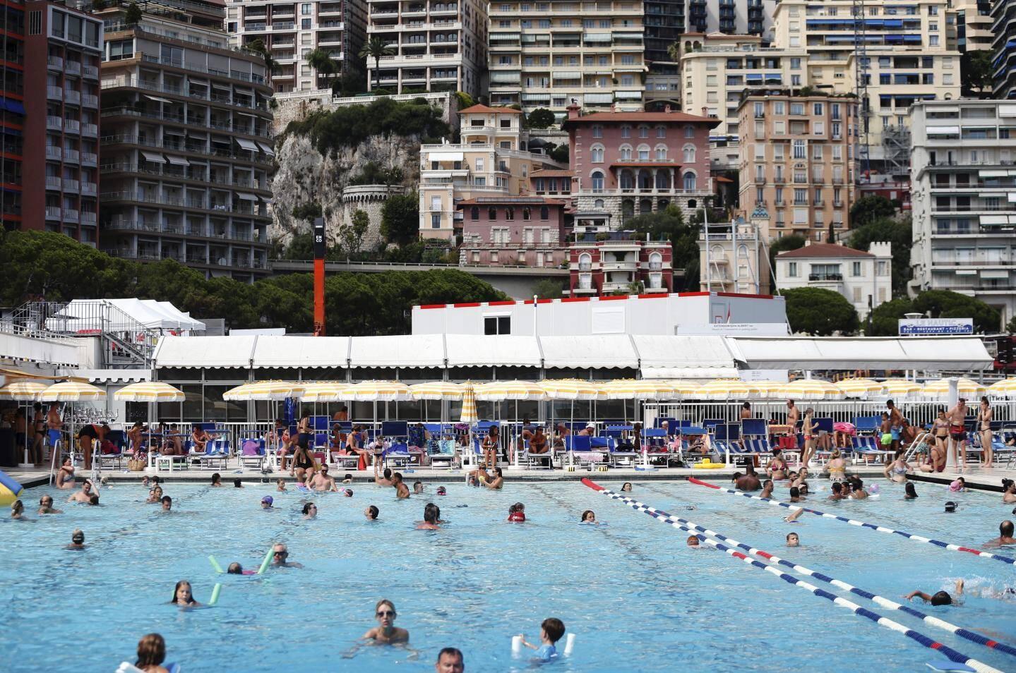 Début décembre, la piscine se transforme en patinoire, jusqu'en mars.