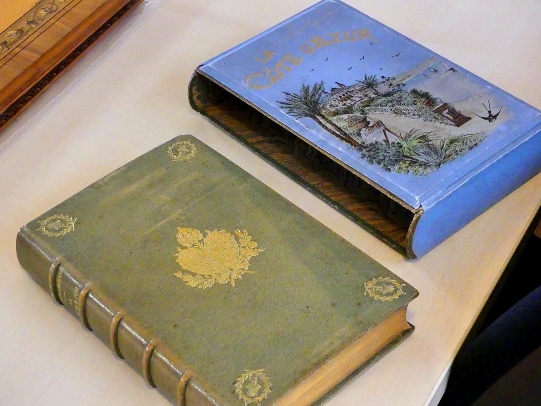 C'est l'ouvrage qui a donné son nom à la Côte d'Azur. Sa particularité, c'est qu'il est dédicacé par l'auteur et décoré des armoiries de l'impératrice Eugénie.