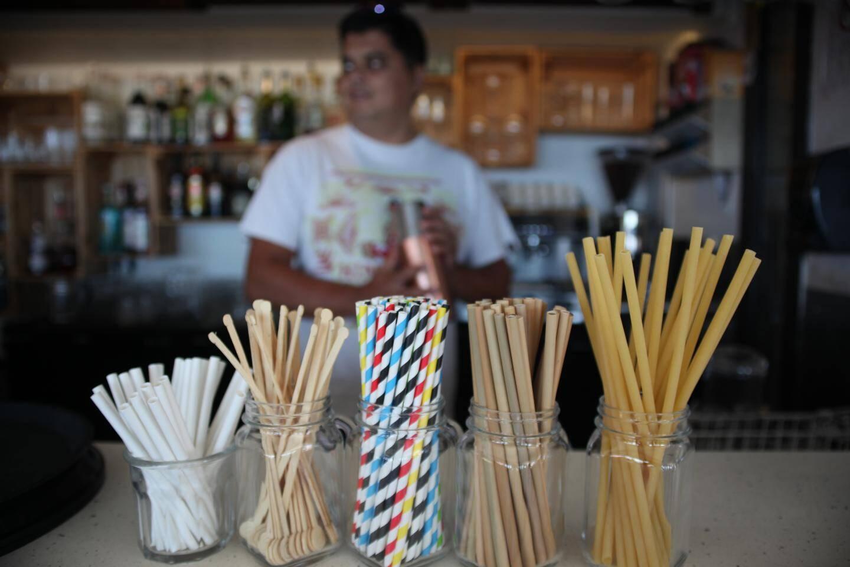 Touillettes en bois, pailles en bambou, carton, inox et même sous forme de pâtes, le restaurant La Note Bleue à Toulon a banni les ustensiles en plastique.