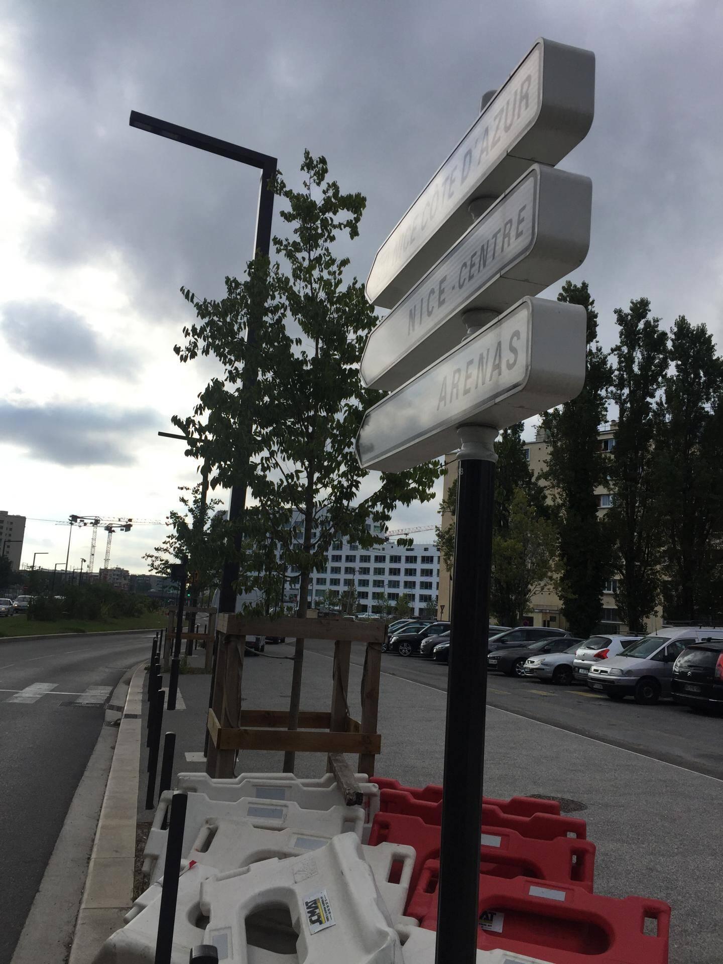 Les panneaux sur le chemin en sortie du MIN