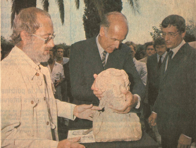 L'Hermès bicéphale présenté au président Valéry Giscard d'Estaing (en 1980), avec François Léotard à sa gauche et M. Brentchaloff, conservateur du musée.